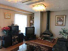 全室に設置されております暖炉付のリビングルームが当時の贅沢さを感じさせます。