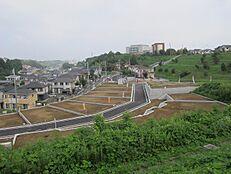 周辺環境良好の住みやすい環境です。前面道路も広く開放感があり快適な住環境となっております。