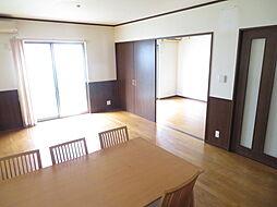 リビング。リビング横の洋室の扉を開け放つことでより開放的な空間となります。豊かな採光は、家族、友人、知人の会話に華を咲かせますね。