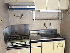 キッチンは2口ガスコンロ対応の為、手軽なお料理などイメージ出来ます。ガスコンロは交換を推奨致します。