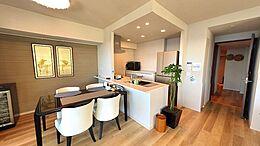 セミオープンタイプのキッチンとダイニングスペース。