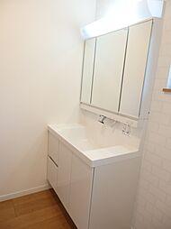 三面鏡裏に収納の付いた洗面台。