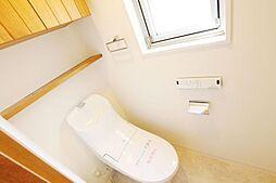多機能搭載型の温水洗浄付きトイレを標準設置しています。また夜間に大変便利な人感センサー付き照明をトイレにも取り付けています。弊社施工例です。
