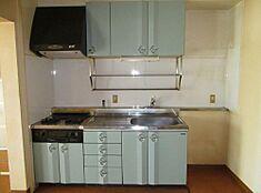 ガスコンロは複数の料理を同時にこなせます。レンジフードも付いているのでお部屋に匂いがこもりません