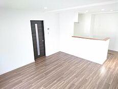 リフォーム済写真リビングは和室2間を繋げて新設しました。天井・壁クロスの張り替え、床の重ね張りを行いました。家族団欒のいい場所になりそうですね。