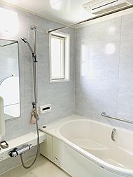 1坪サイズの明るいバスルーム。浴室乾燥機付きだから、夜や雨の日のお洗濯も快適。