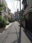 大久保通りから一本入った場所にあり、静かで暮らしやすい環境となっています。(現地・前面道路写真)