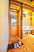 室内、ドア、入口の写真です。