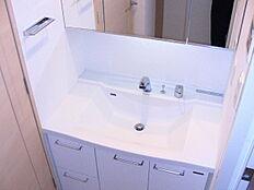 忙しい朝にもうれしい収納豊富なシャワー付き洗面化粧台