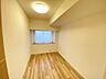 大きな窓がある洋室は、たくさんの陽射しとお部屋に取り入れてくれます(洋室1、約7.8帖),4LDK,面積89.46m2,価格2,888万円,多摩都市モノレール 甲州街道駅 徒歩4分,JR中央線 日野駅 徒歩19分,東京都日野市大字日野1111-1