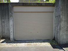シャッター付の地下車庫、検査済証あり