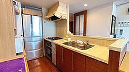 オーブンを備えたキッチンスペース。セミオープンタイプのため、リビングとの接続もスムーズです。