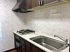 キッチン:使用感がなく綺麗なシステムキッチン。広々しており使いやすそうですね。