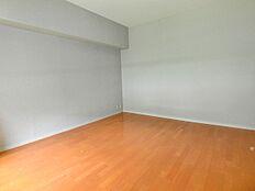 導線左に配置される洋室です。薄いグレーの壁紙にセンスの良さが伺えます。