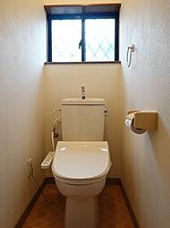 1、2階共に温水洗浄付きトイレ。窓があり、空気の入れ替えができるのが嬉しいポイントですね。トイレットペーパーや洗浄グッズをストックしておける棚付きです。