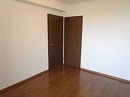 5.9帖洋室:玄関から入ってすぐ、自分の趣味に没頭できそうなお部屋。自分の好きなインテリアで自分色にお部屋を染めていこう〜(2019年7月30日 撮影)