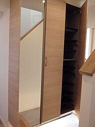 高さのある玄関収納で、散らかりがちな下足類もすっきり片付きます。