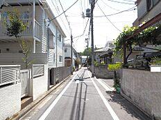 前面道路南側に向かって撮影した様子です。車通りも少なく小さなお子様の外遊びも安心ですね。(平成30年5月21日撮影)