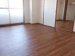 5.7帖洋室と5.6帖洋室。2部屋バルコニーに面していて陽当たり良好です。
