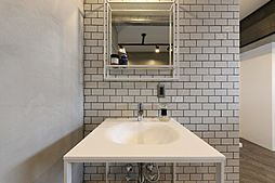細いフレームでデザインされた洗面台はGOOD DESIGN AWARD2015を受賞したサンワサプライ製のもの。前面のフレームにはタオルなどを掛けることができます。