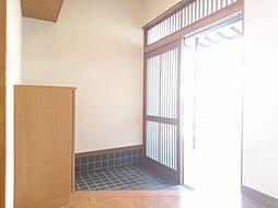 リフォーム済 玄関ホール 別アングル シンプルな玄関にはお気に入りの傘を置いたり家族写真を飾ったりして、家族みんながハッピーな家の顔をつくりませんか