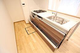 食洗機、浄水器一体型を装備した多機能なキッチンです。収納も豊富にあり使い勝手がとても良いです。