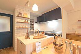 広いキッチンスペースが魅力的なLDK。中央には、ホームパーティやお子様のお手伝いにもピッタリな「作業台」も設置。奥のパントリーにも食品ストックがしまえるので、収納力も抜群です