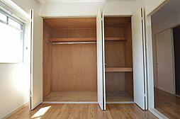 幅広クローゼットと3段使える押入があり収納力豊富。