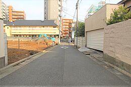 前面道路含む現地外観写真