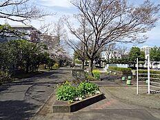 街区と「豊ヶ丘第6公園」との間の遊歩道
