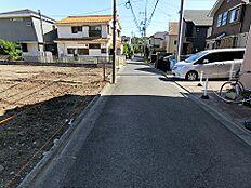 西側幅員約4mの前面道路です。