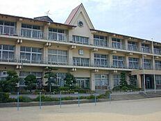 小学校山崎北小学校まで912m