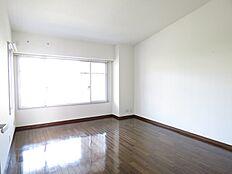 約10帖の主寝室も窓が多く開放的。