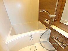 浴室も新規交換、浴室暖房換気乾燥機付きです。木目調パネルがリラックス効果を高めてくれそうです。