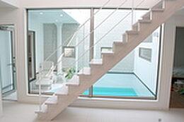 おしゃれな階段とプール