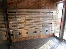 こちらは集合ポストです。鍵付きのポストですので、長期間お出かけの際の郵送物の保管も安心です。