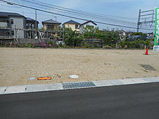 現地写真です。条件無しの土地です。お客様のお好きなハウスメーカーで建築していただけます。