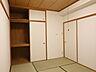 和室収納:ポールハンガーや棚を使って、使い勝手のいい収納スペースにアレンジできますね。