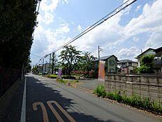 外観:全面道路含む現地土地写真