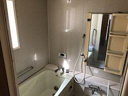 足を延ばせる深めの浴槽、大き目の窓で換気良好
