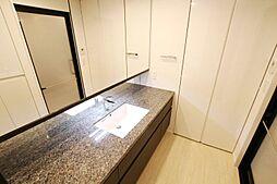 幅広の洗面スペースです。スライドタイプの大型収納付。物があふれ易い洗面スペースをすっきりとした空間へ。