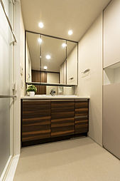 3面鏡付洗面化粧台やタオルなども収納できるリネン庫付の洗面室