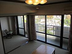 お部屋に座っていても、熱海市街地が見渡せます。東向きの為、朝日が居室へ差し込みます。