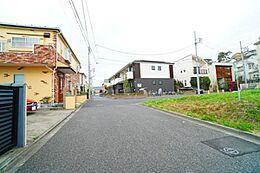 前面道路は約5mしっかり確保していますので車庫入れも楽々です。