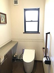 収納・手洗い場・手すりのついた高性能トイレです