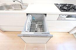 食器洗浄乾燥機を設置し、家事の負担を軽減します。忙しい奥様に嬉しい設備ですね。