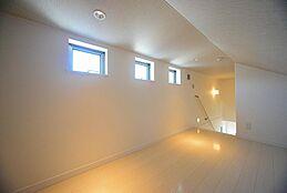 階段付の小屋裏部屋(グルニエ)は多目的利用に非常に便利です。光を取り入れる3つの小窓は内観を照らすだけでなく、外観からもアクセントとなります。建物プラン例/建物価格1755万円、建物面積89.26m2