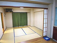 キッチンから続き間になっている8帖の和室です。障子は全て壁へ収める造りですので開口が広く開放的です。