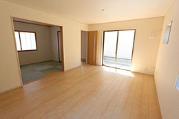 南向きの明るいリビングは和室と合わせて22帖の大きな空間です。