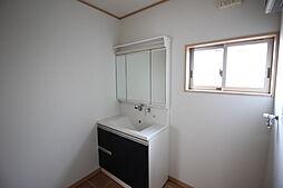 明るい洗面所には、洗濯機置き場もございます。